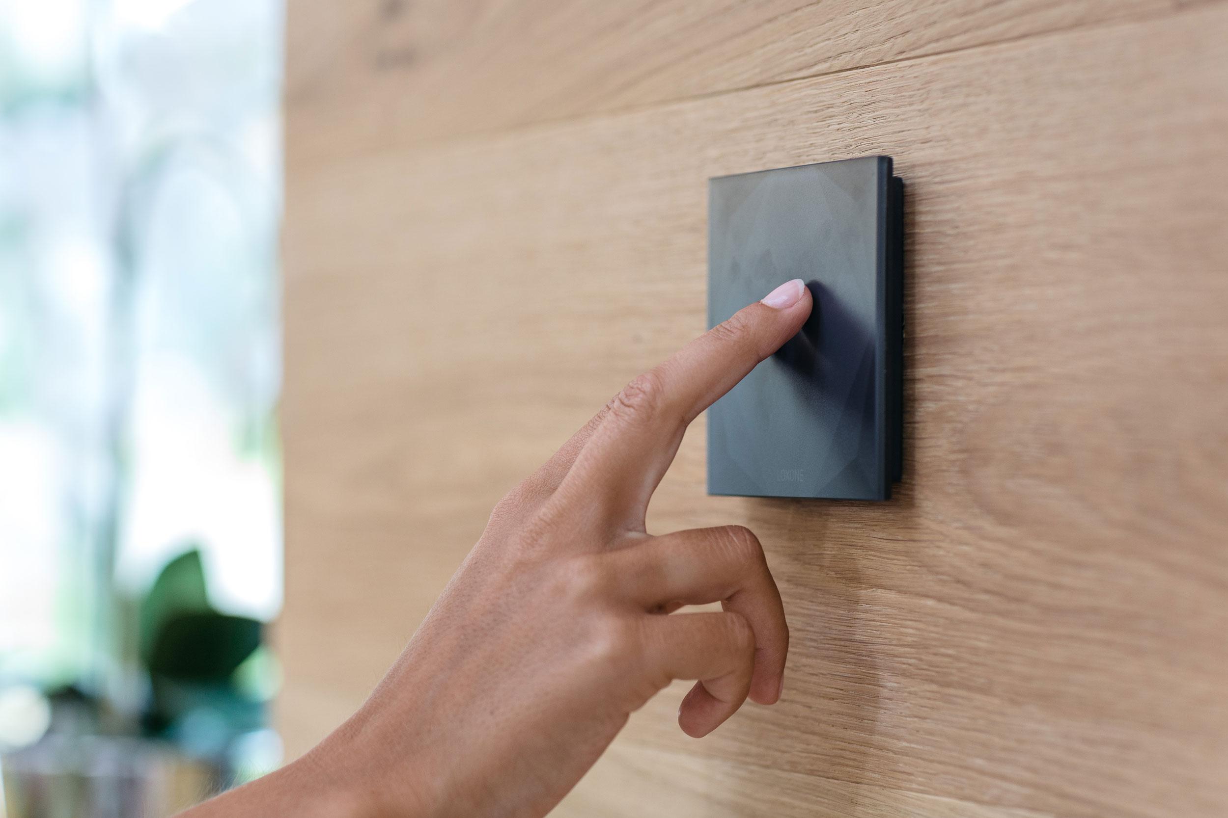 przycisk do sterowania funkcjami inteligentnego budynku